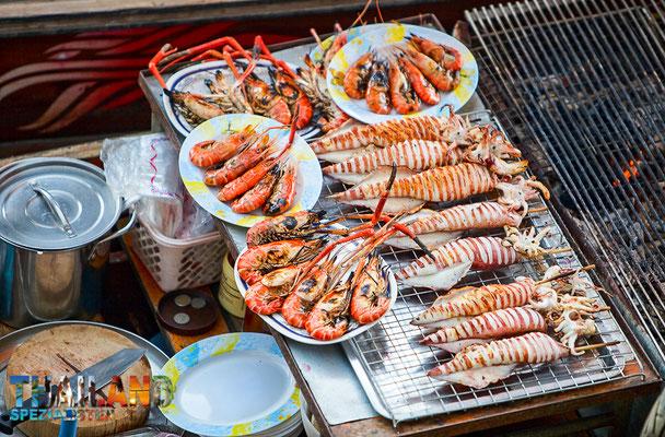 Und frische Fischgerichte gibt es natürlich ebenfalls auf dem schwimmenden Markt