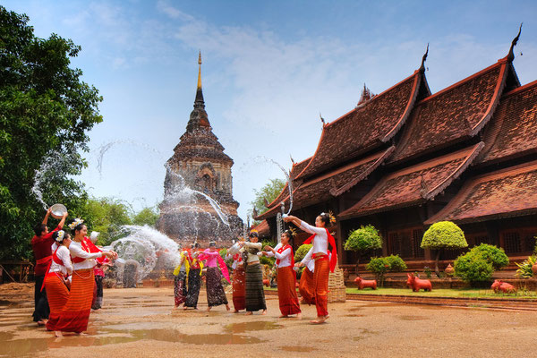 Wasserfestival (Songkran) im Tempel