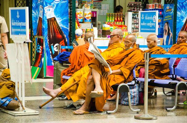 Wartende Mönche in Hua Lampong