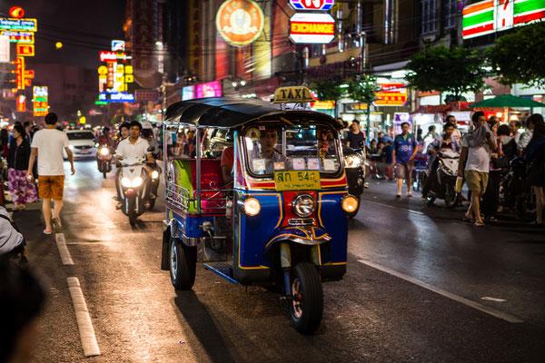 Tuk-Tuk fahren auf den Strassen von Bangkok