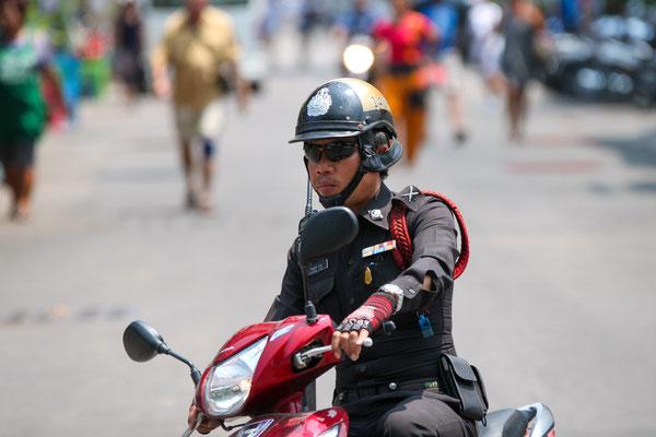 Polizist auf Moped