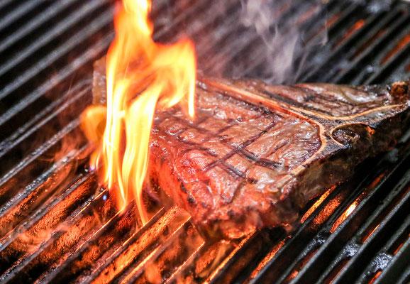 Alle Steaks werden auf Lavastein gegrillt!