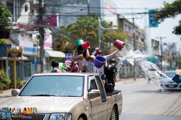 Wasserschlacht vom Pickup aus