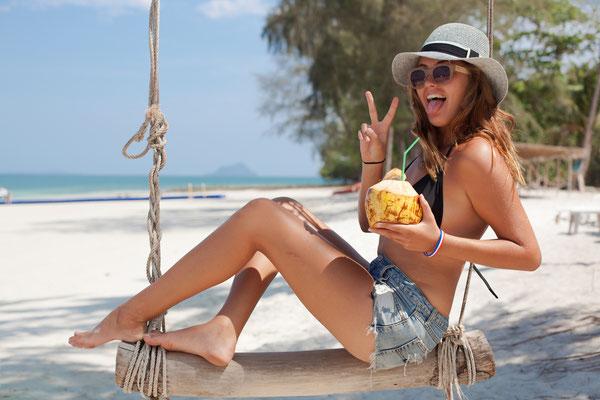 Nach einer abenteuerlichen Reise nun entspannen und originale, exotische Cocktails am Strand genießen.