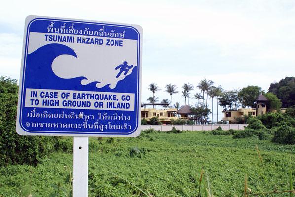 Tsunami Gefahrenzone - Zeichen in Südthailand
