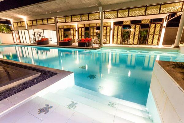 Ein sehr großer und verführerischer Hotel-Pool