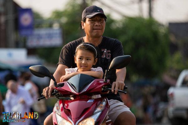Schöne Motive von freundlichen Thais sind hier möglich
