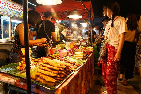 Garküche auf dem Nachtmarkt von Chiang Mai