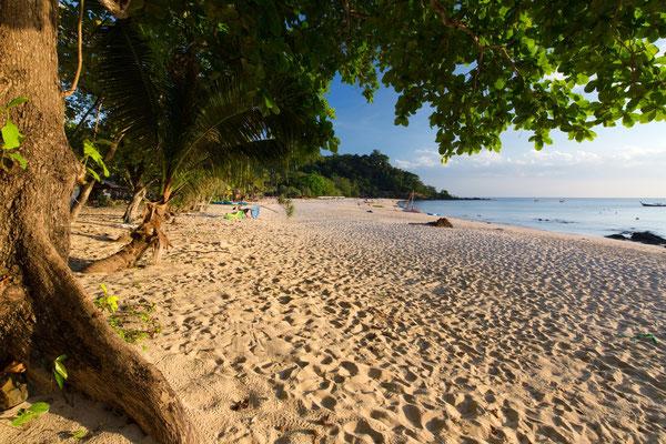 Wilder Strand auf Koh Mook vor dem Charly Resort