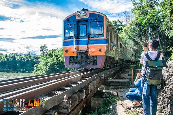 "Fahrt mit der ""Todeseisenbahn"" in Kanchanaburi."