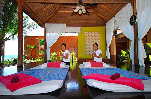 Thailandische Massage am Strand beim Laguna Resort
