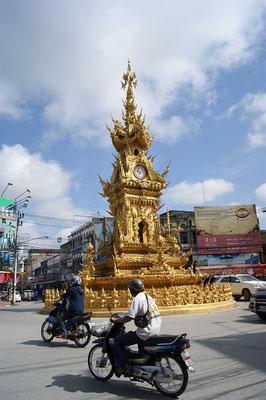 """Der """"Golden Clock Tower"""" in Chiang Rai"""