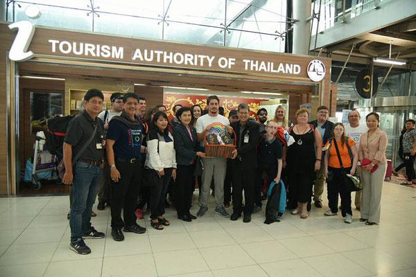 Wir holen unsere erste Gruppe an Blinden Reisenden in Thailand am Flughafen Bangkok ab