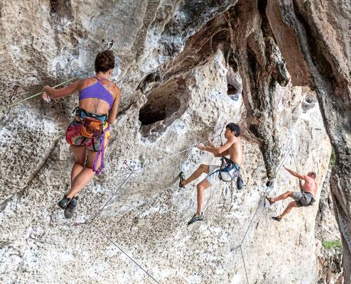 Touristen klettern in Krabi