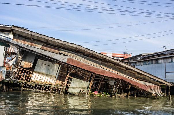 Ein thailändisches Haus geht in den Fluten unter