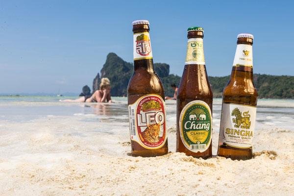 und am Strand eines der leckeren thailändischen Biere kosten!