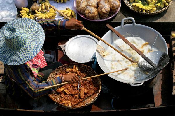 Auch thailändische Suppen werden frisch zubereitet und angeboten
