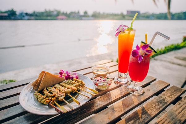 Good Times Resort in Kanchanaburi - Cocktail am Fluss