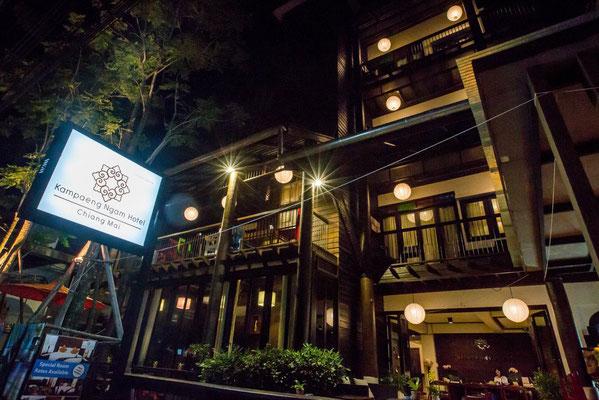 Kampaeng Ngam Hotel in Chiang Mai - Außenaufnahme abends