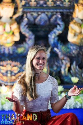 Touristin medietiert im Wat Rong Seur Ten