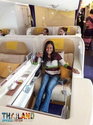 """First Class Thai Airways im Airbus A380. Hier haben Tida und der Michael z.B. ein preiswertes """"Cash-Upgrade"""" am check in erhalten von Business auf First"""