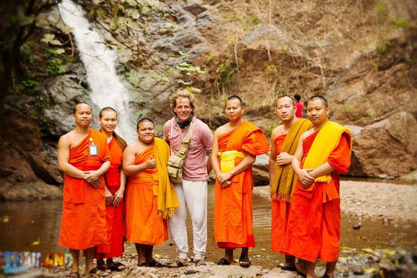Zufälliger und sehr interessierter Kontakt zwischen Mönchen und Michael