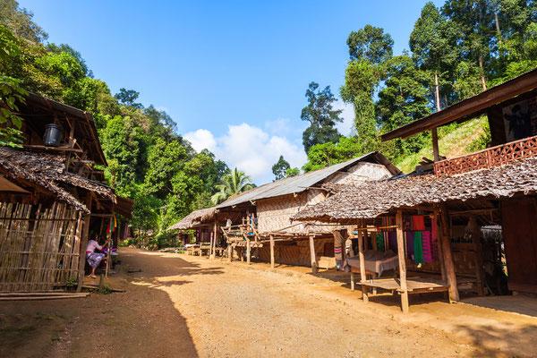 Langer Hals-Dorf  Nordthailand besichtigt man meistens bei einer Trekking-Tourr