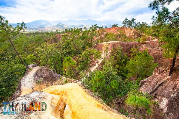 Schmale Wanderwege auf dem Canyon von Pai