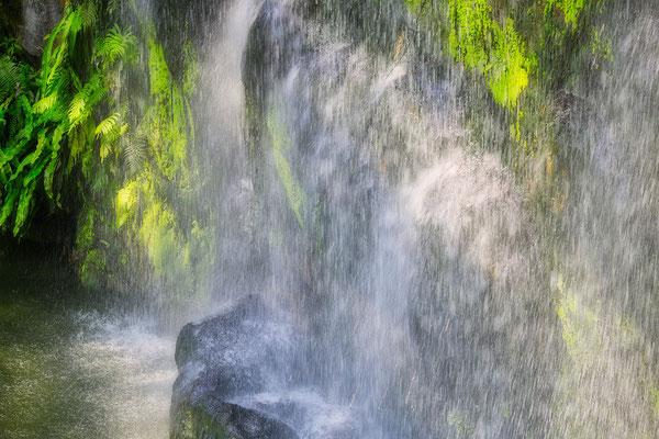 Genau wie tropische Wasserfälle auf der Insel Koh Phangan
