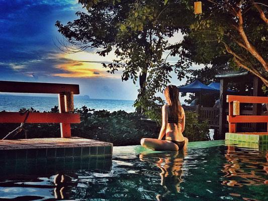Koh Jum Resort abends am Pool mit Blick aufs Meer