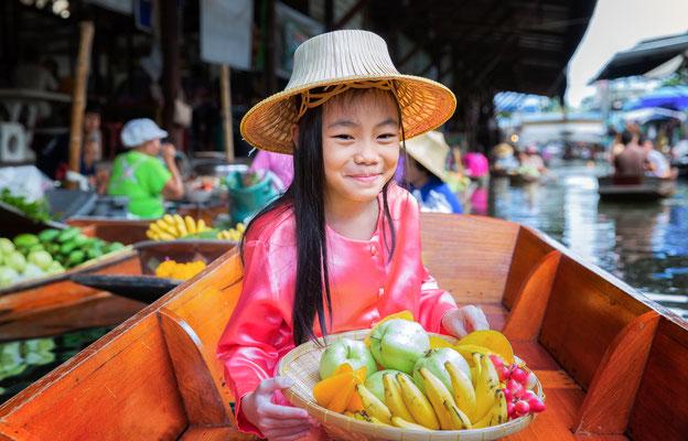Früchte kaufen auf dem schwimmenden Markt