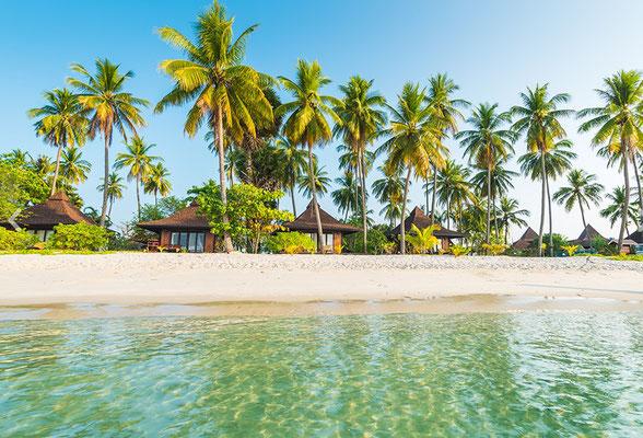 der Strand direkt vor den Bungalows im Sivalai Beach Resort