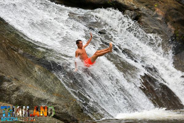 Besonders beliebt: Spaß und Erholung am Mo Paeng Wasserfall in Pai