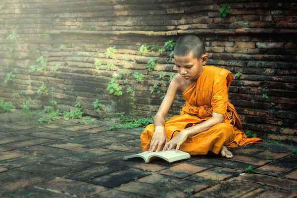 Novice im Tempel bei Ayutthaya