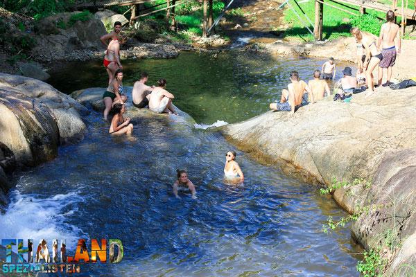 Erfrischen im Mo Paeng Wasserfall