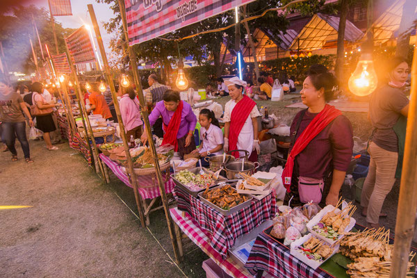 Kleiner Essens-Nachtmarkt in Phimai