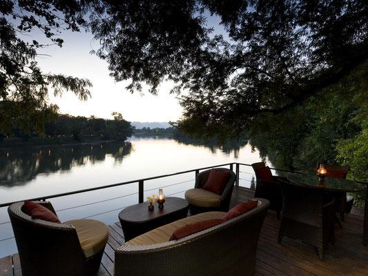 Abends auf der Terrasse ein Glas Wein genießen