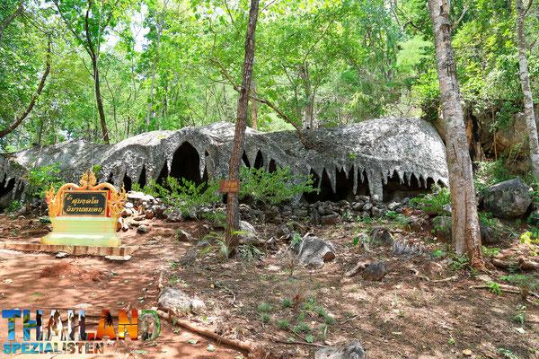 Kleine Höhle auf dem Weg zum Wat Chalermprakiat Phrachomklao Rachanuson