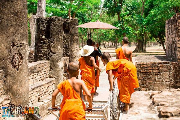 Mönche im Geschichtspark Sukhothai