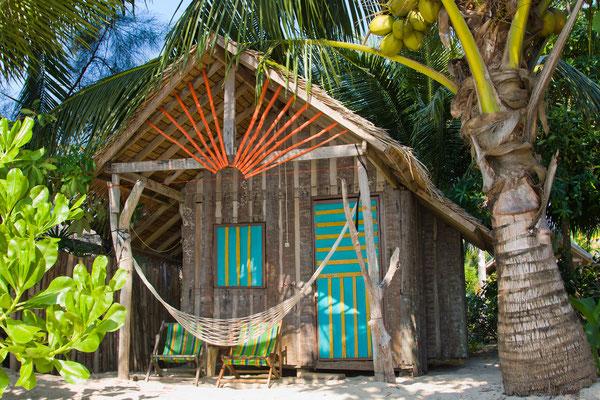 Einfaches Strandbungalow auf einer thailändischen Insel ist auch individuell