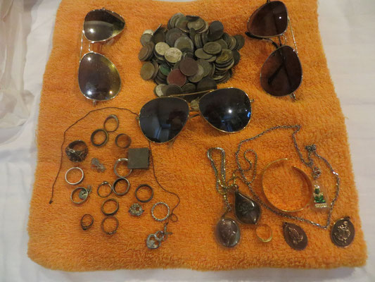 Sonnenbrille und Ringe sowie Muenzen beim sondeln gefunden