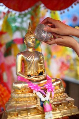 Buddhasatuen mit Wasser begießen