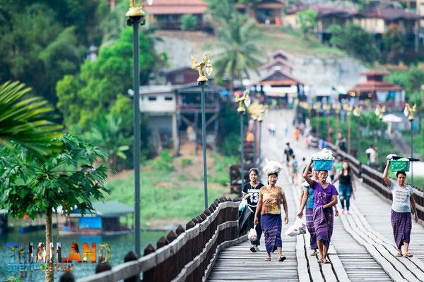 Holzbrücke Sangkhla Buri zum Mon Dorf