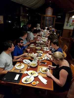 Gemeinsames Abendessen der Gruppe