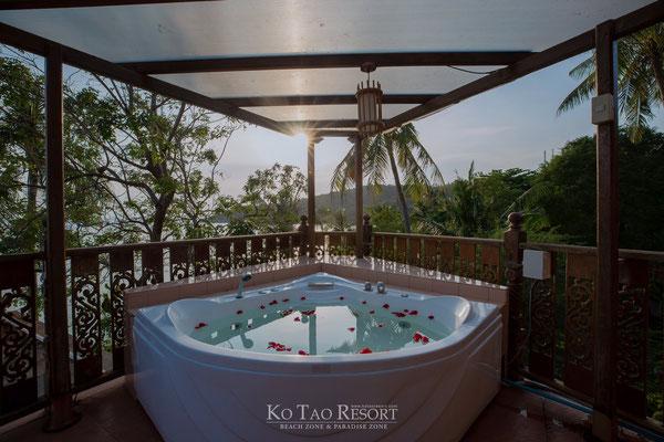 Privater Whirlpool auf der Terrasse für romantische Stunden