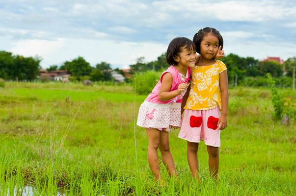 Kinder spielen im Reisfeld