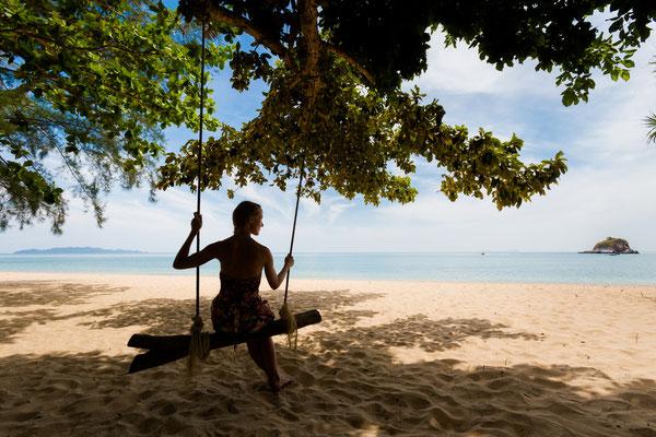 Insel-Flair pur. Schaukeln am Strand von Koh Lanta