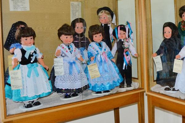 Liebevoll gestaltete Puppen in Banater Tracht
