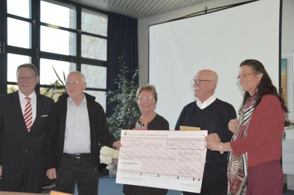 Überreichung des Schecks über 2000 €, 2. v. links Martin Eras, stellvertr. Vorsitzender des BVH