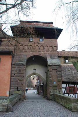 die mächtige Klosterpforte